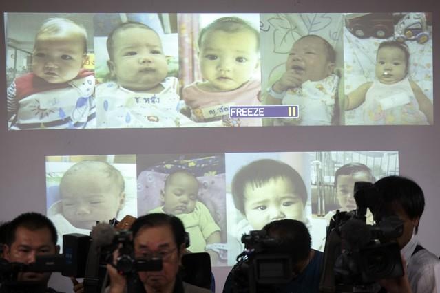 Fotos de los bebés que se sospecha son del mismo padre durante la rueda de prensa ofrecida por la policía tailandesa el 12 de agosto de 2014 en Bangkok, Tailandia.