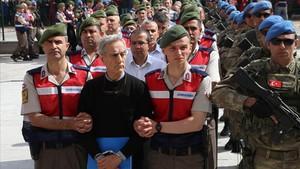 Gendarmes turcos escoltan a los procesados.