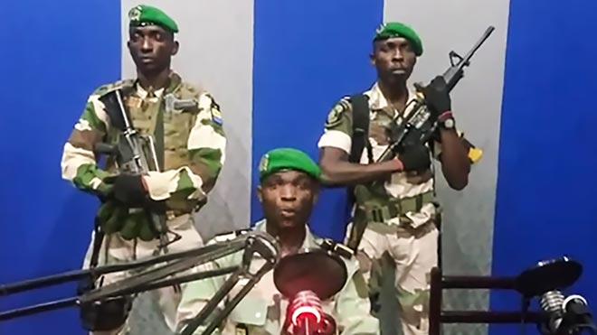 Un grupo de militares toman la televisión estatal de Gabón en un intento de golpe de Estado.