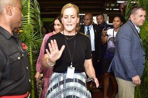 La guardaespaldas de Meghan Markle abriendo paso a la duquesa de Sussex, en Suva, Fiji.