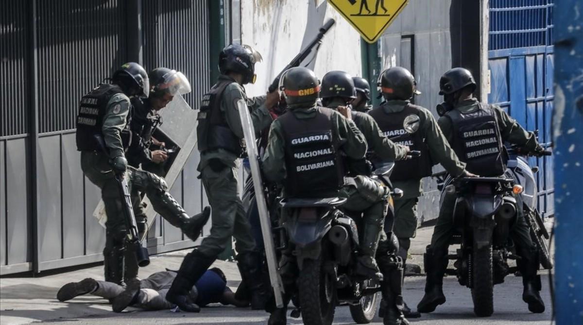 La Guardia Bolivariana interviene durante una manifestación, el 6 de julio.
