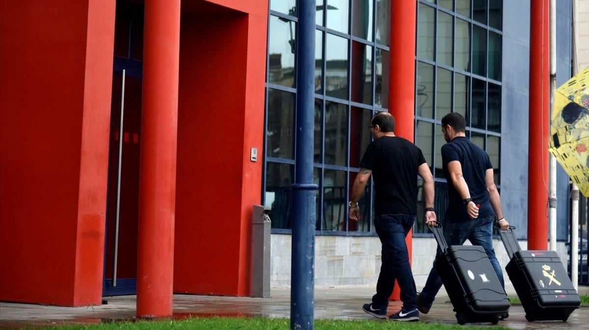 Dos agentes de la Guardia Civil entran en la comisaria central de los Mossos d Esquadra en Lleida, el pasado 19 de octubre.