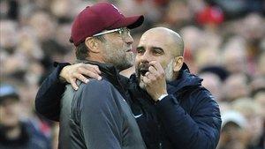 Guardiola habla con Klopp en el Liverpool-City disputado en octubre en Anfield.