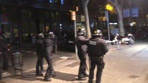 guillem sanchez - grup ultradreta espanyolista llanca objectes contra antidisturbis mossos que impedeixen que arribin a jardinets via elperiodico-1184918479062872068