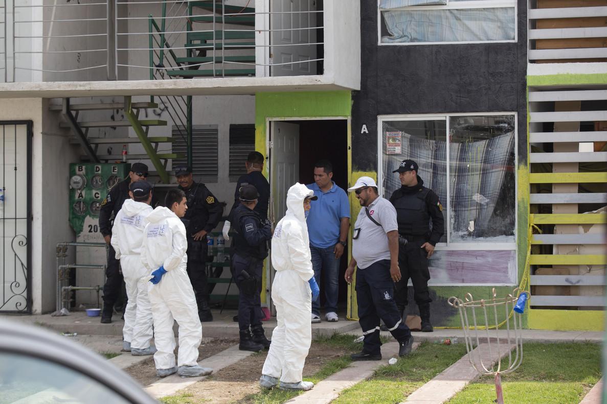 Peritos forenses en la vivienda donde fueron hallados 10 cadáveres en el municipio de Tlajomulco, Jalisco (México).