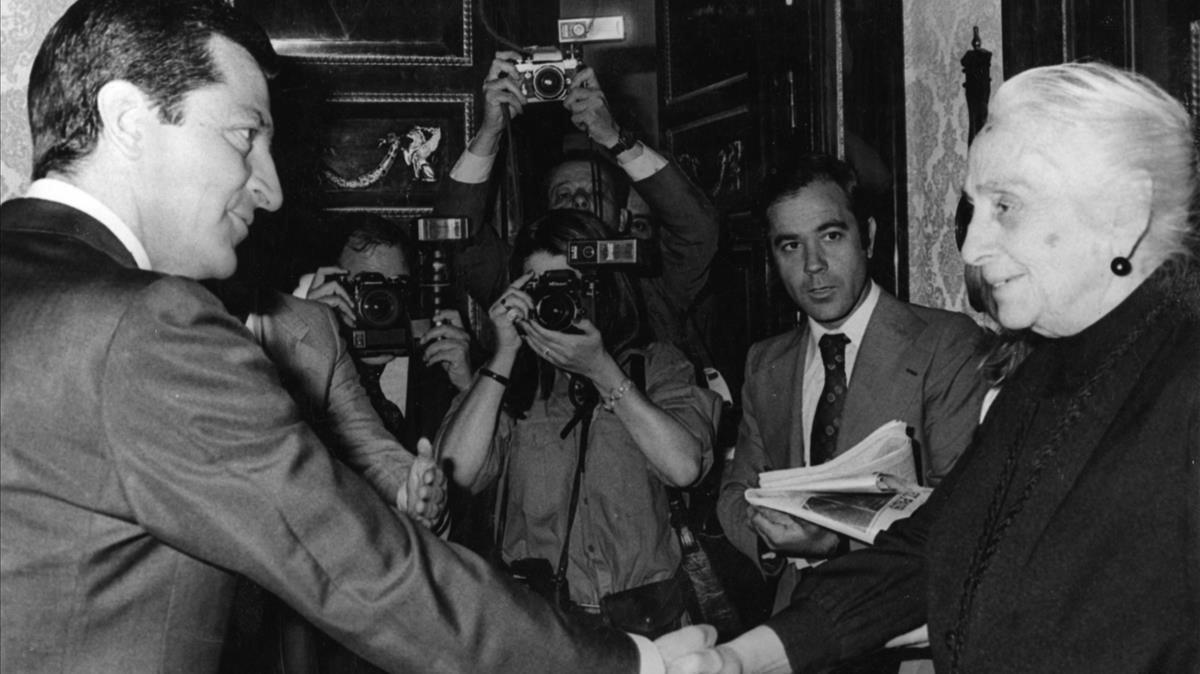 Imagen de archivo del presidente Adolfo Suárez saludando a Dolores Ibárruri, la Pasionaria, rodeados de medios gráficos.