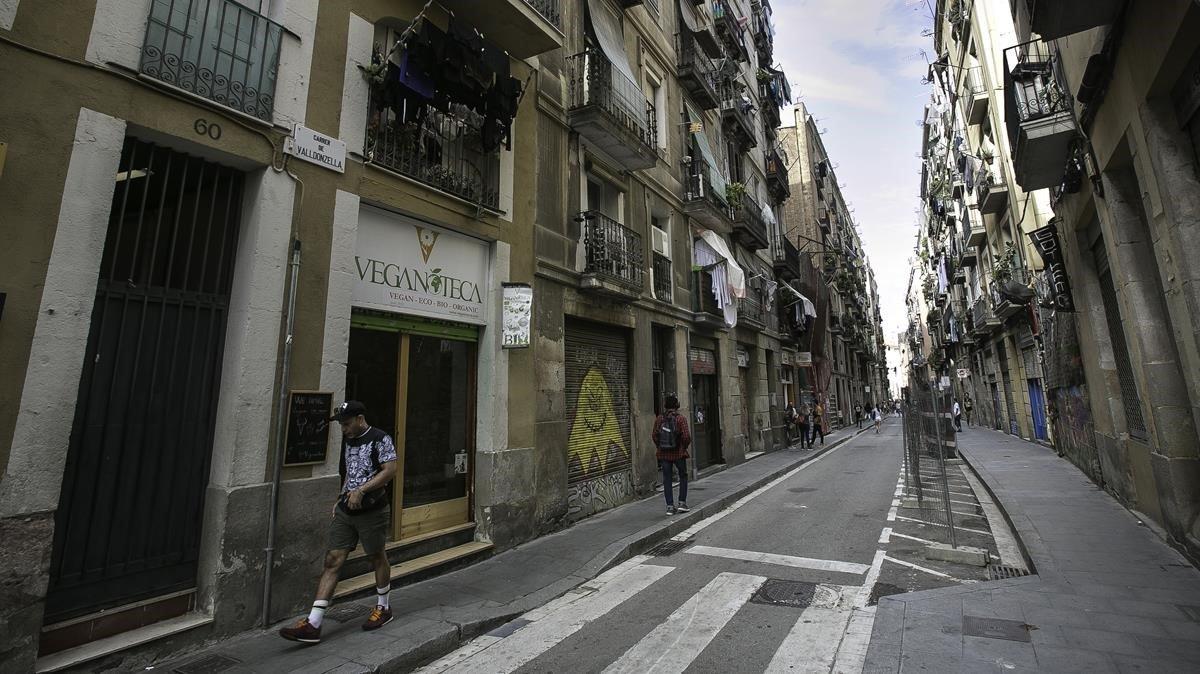 Imagen de la calle de Valldonzella a la altura del número 58, donde los vecinos denuncian la apertura de un narcopiso