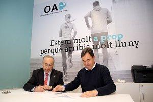 Imagen de la firma del convenio entre el Ayuntaiento de Sant Boi y la Cambra de Comerç de Barcelona este lunes