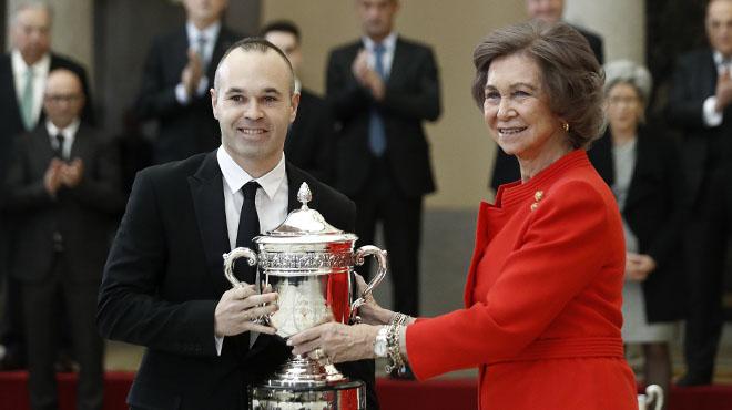 Iniesta recibe el premio nacional del deporte por su contribución al 'juego limpio', de manos de la Reina Sofía.