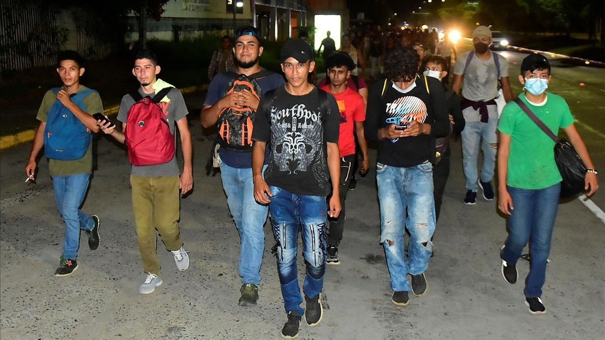 Ciudadanos hondureños salen en caravana rumbo a Estados Unidos el 30 de septiembre del 2020 desde San Pedro Sula (Honduras).