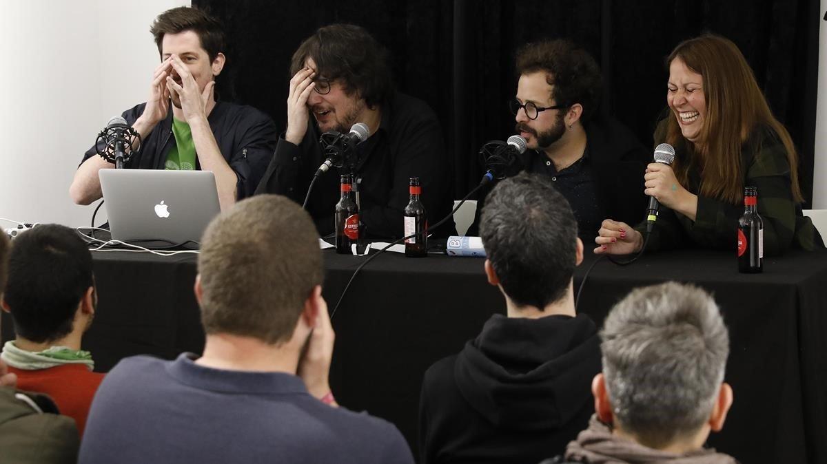 Ale cuenta la anécdota ganadora dela última sesión de La Ruina ante los aspavientos de (de izquierda a derecha) Ignasi Taltavull,Tomàs Fuentes y el invitado deljueves pasado, el guionista y diseñador Álex Martínez Vidal.