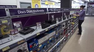 Discos duros digitales en una tienda de Barcelona.