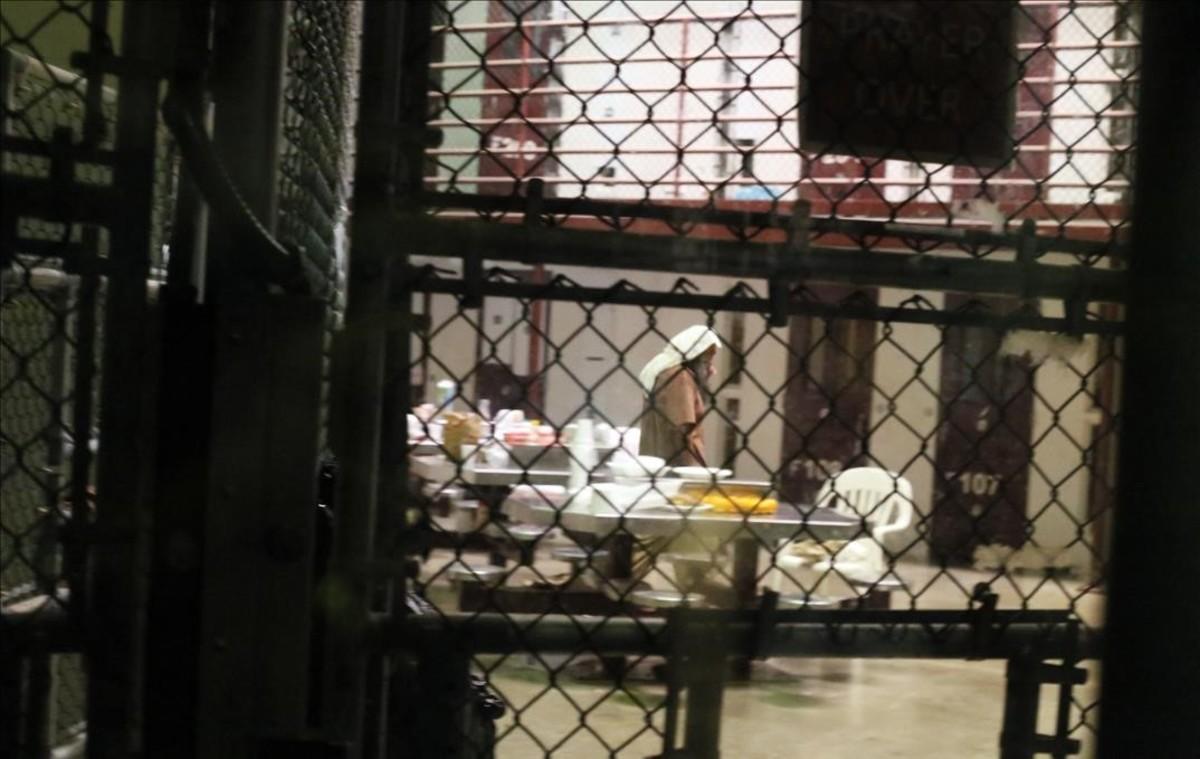 Varios presos de Guantánamo en una zona común del campo 6.