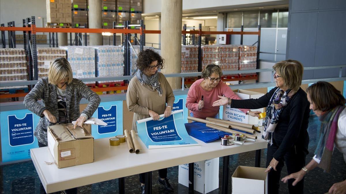 Voluntarios del Banc dels Aliments de Barcelona preparan el 'kit' del voluntario para el Gran Recapte.