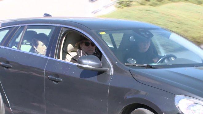 El compositor ha abandonado las instalaciones médicas en coche, con gafas de sol y un sombrero, no sin antes aclarar que está todo bien y agradeciendo el cariño recibido.