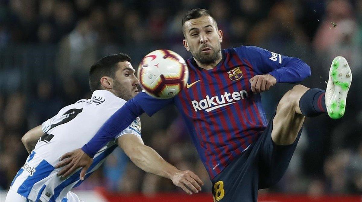 Jordi Alba en plena pugna por un balón ante Zaldua.