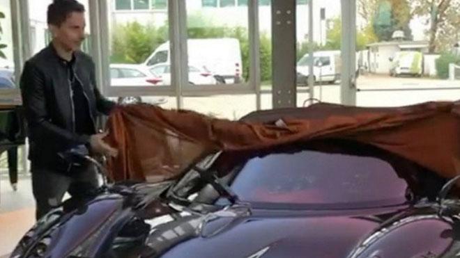 Jorge Lorenzo se ha convertido en uno de los 100 propietarios exclusivos del superdeportivo Pagani Huayra Roadster de edición limitada. Su precio, alrededor de los 2,3 millones de euros, también lo convierte en uno de los automóviles más caros del mundo.