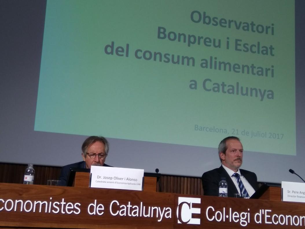 Josep Oliver y Pere Anglada durante la presentación del estudio sobre el consumo alimentario en Catalunya.