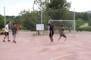 Jóvenes en las instalaciones deportivas del parque del Mil·lenni de Gavà