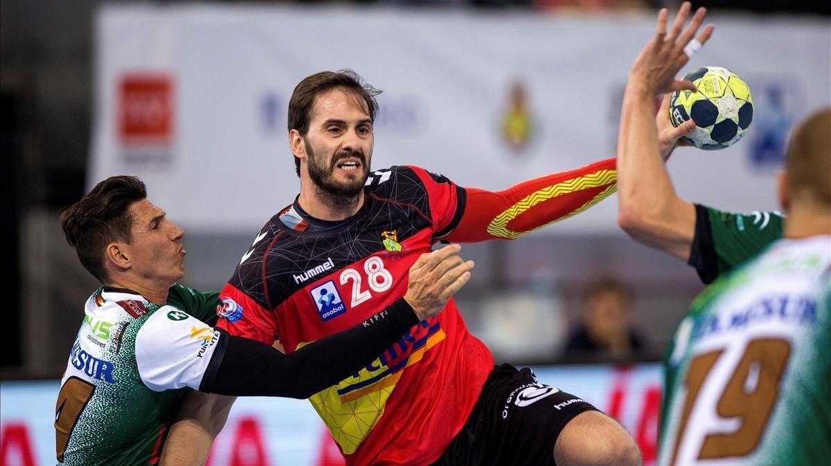El jugador del Granollers Jorge Felipe intenta penetrar en la defensa del Puente Genil.