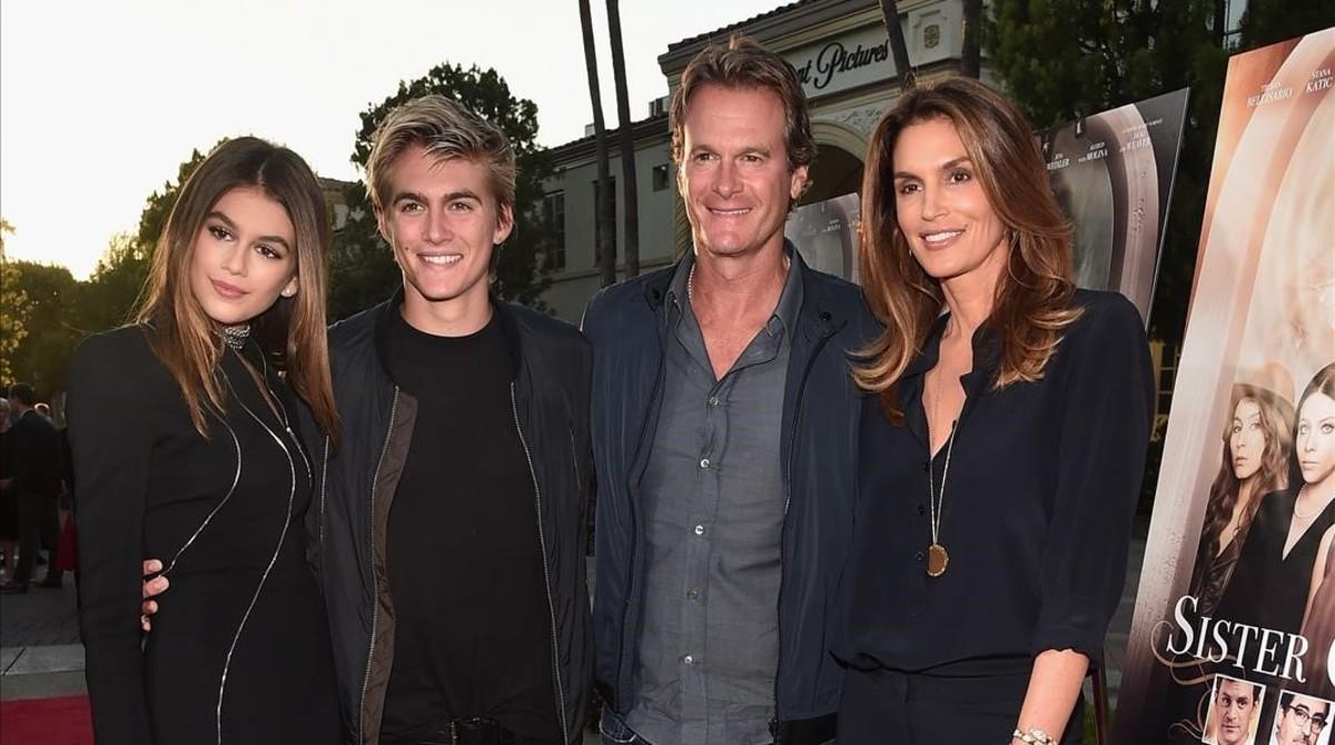 Kaia Gerber junto a su padre, hermano y madre, Cindy Crawford.