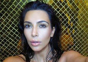 Kim Kardashian haciéndose un selfie