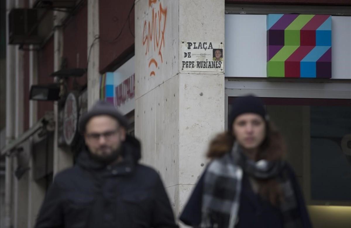 Les 'viudes' de Pepe Rubianes col·loquen una placa artesana a la plaça de l'actor a Barcelona.