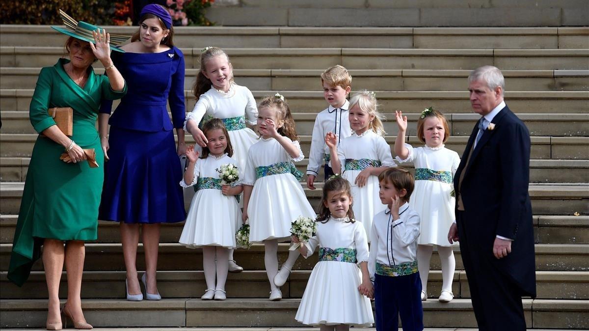 La princasa Carlota y el príncipe Jorge, con el resto de pajes, Sarah Ferguson, Beatriz de York y el príncipe Andrés.