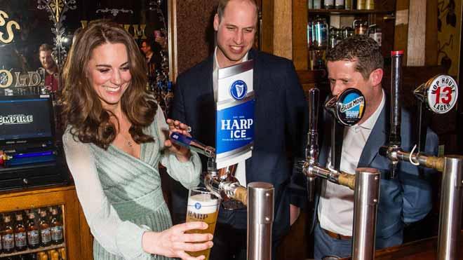 Los duques de Cambridge tiran cerveza en un pub durante su visita a Irlanda del Norte.
