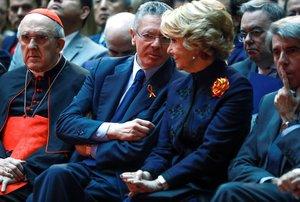Los expresidentes de la Comunidad de Madrid, Alberto Ruíz Gallardón (segundo por la izquierda) y Esperanza Aguirre (derecha).