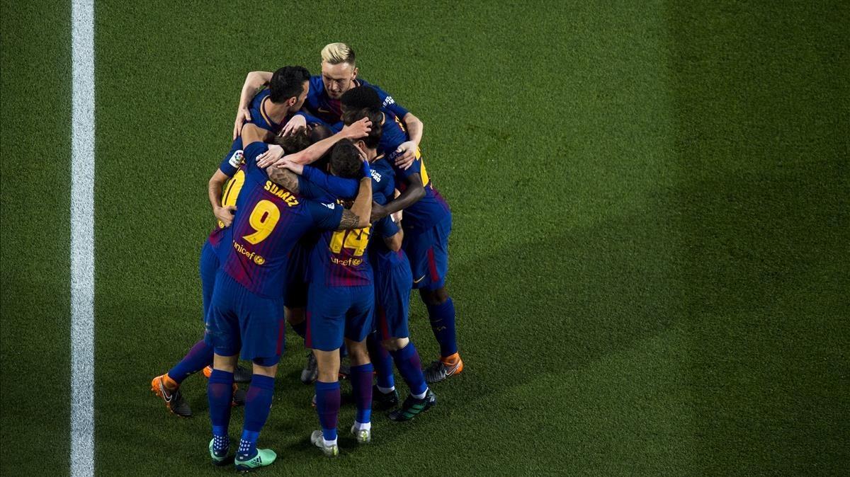 Los jugadores del Barça se felicitan por el éxito de la imbatibilidad.