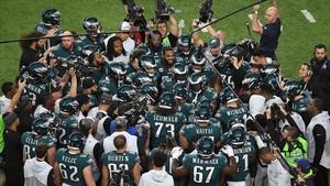 Los jugadores de Filadelfia Eagles celebran la conquista de la Super Bowl.