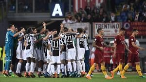 Los jugadores de la Juve celebran el título sobre el césped del Olímpico de Roma.