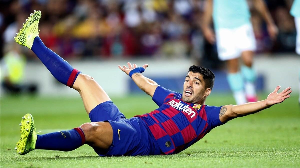 Luis Suárez reclama al árbitro durante el partido contra el Inter.