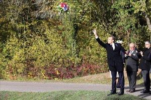 Macron lanza un ramo de flores durante la ceremonia en Les Entonnoirs.