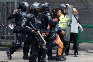 En Bogotá, las manifestaciones terminaron en brotes de violencia.