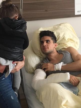 Marc Bartra, en el hospital donde se recupera tras el atentado.