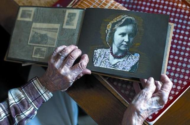 Margaret Wölk muestra una foto de sí misma poco antes de que los nazis la reclutaran al servicio de Adolf Hitler.