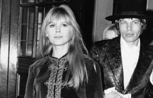 Marianne Faithful junto a Mick Jagger en 1967.