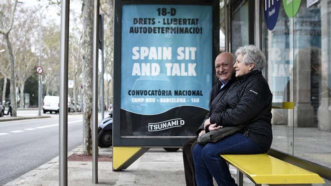 Tsunami Democràtic ocupa marquesines per publicitar la mobilització del Barça-Madrid