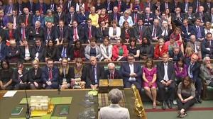 May (de espaldas), en la Cámara de los Comunes, el pasado día 13.