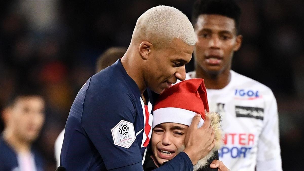 Mbappé abraza a un niño que le pidió un autógrafo en el partido contra el Amiens.