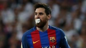 Messi tuvo que ser atendido por los médicos tras un codazo de Marcelo en la boca que le hizo sangrar.