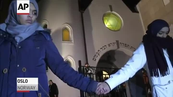 Un millar de musulmanes protegen la sinagoga de Oslo.