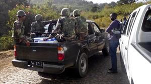 Miltares llegan a las barracas militares Monte Txota , en la isla de Santiago, en Cabo Verde.