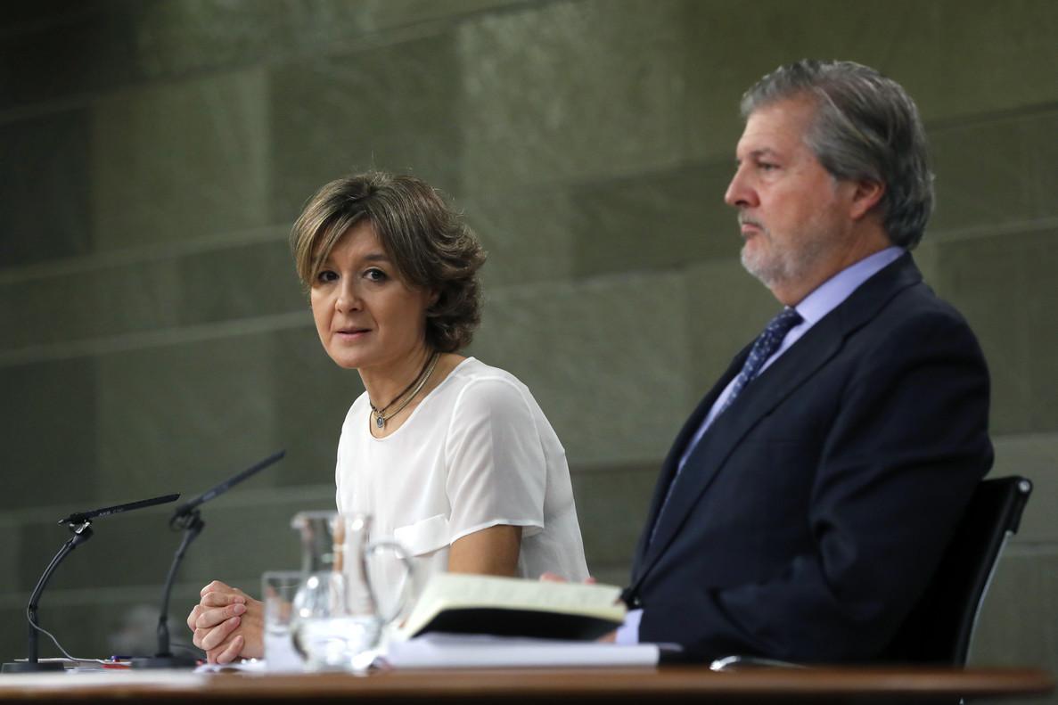 El ministro y portavoz del Gobierno, Iñigo Méndez de Vigo, junto a la ministra de Agricultura durante una rueda de prensa.