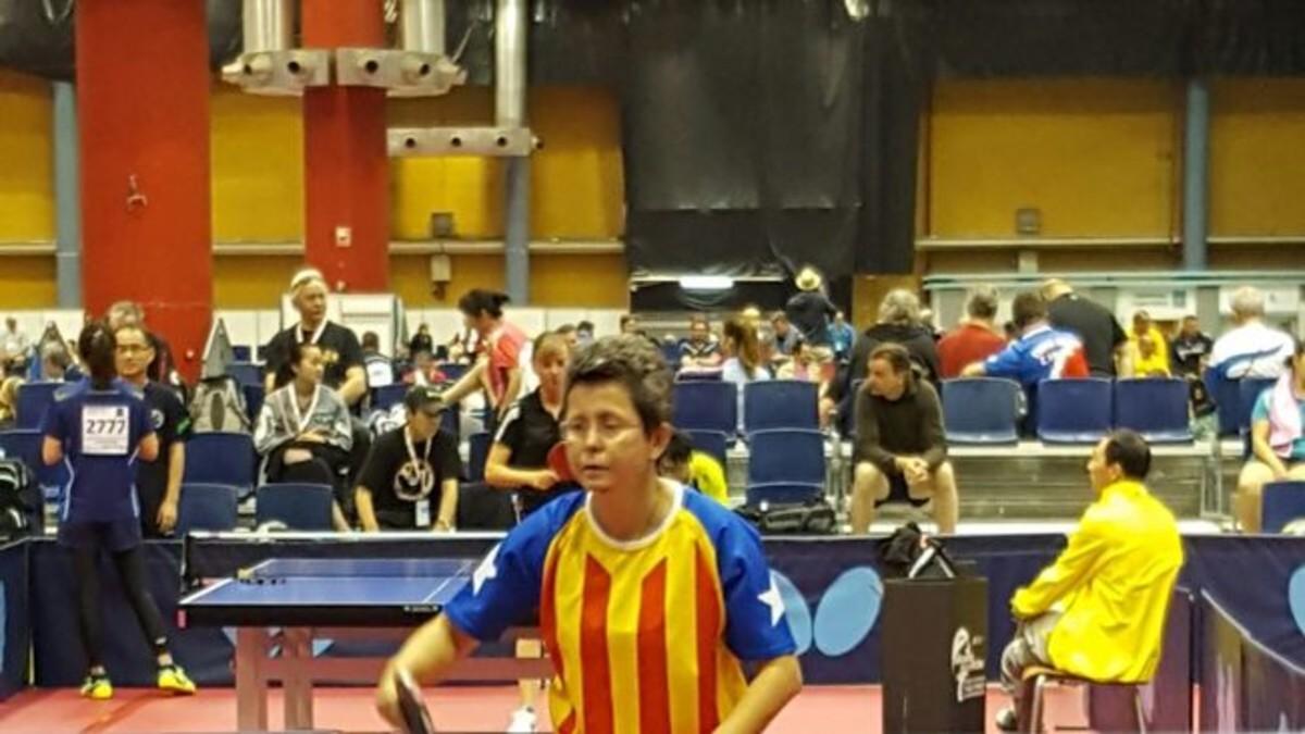Una catalana competeix amb l'estelada al Mundial de tennis de taula
