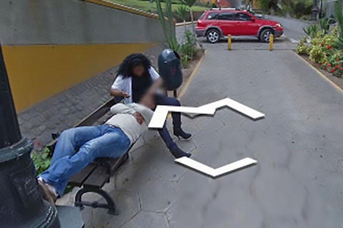 La mujer junto consu amante en el banco donde se descubre la infidelidad