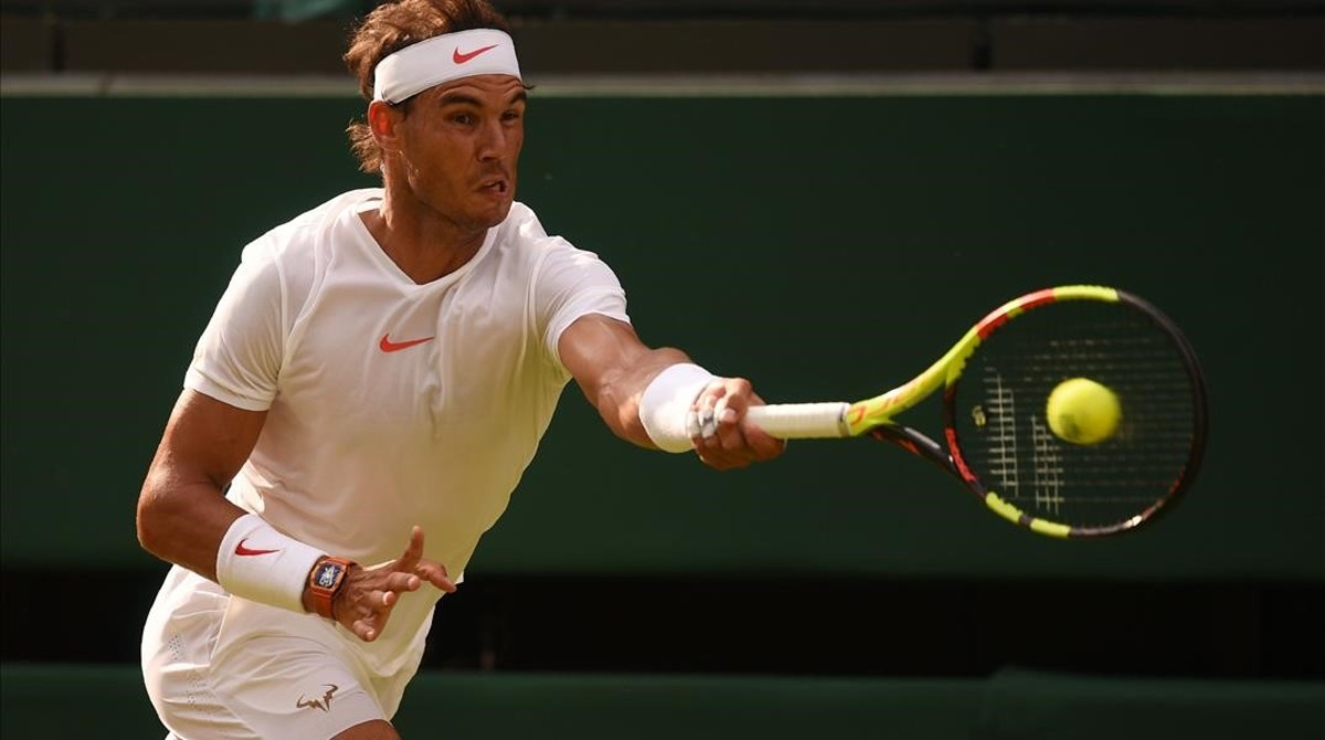 Nadal conecta una derecha, en su partido ante Veszely, en Wimbledon.
