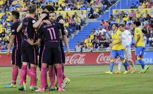 Neymar se abraza con sus compañeros en Las Palmas.